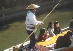 川下りをする船頭さんのスゲ笠画像