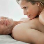 セックスの途中で休憩する男