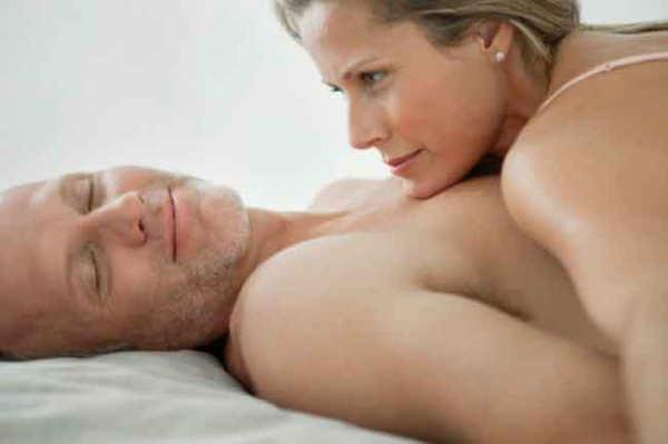 セックス中 休憩する男