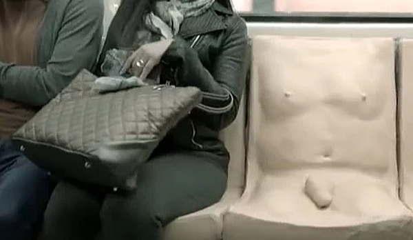 地下鉄にペニスシートが出没!?