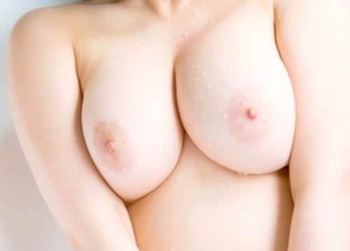 綺麗なピンク色の乳首画像