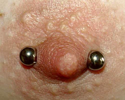 ニップルピアスの乳首アップ画像