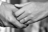結婚指輪を外して浮気しようとしている男女