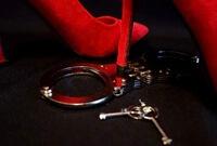 女性を奴隷のように扱えるSMプレイの手錠と赤いピンヒール