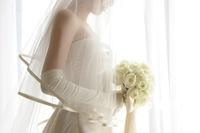 慰めセックスをする、結婚式当日新郎に捨てられた花嫁姿の女性