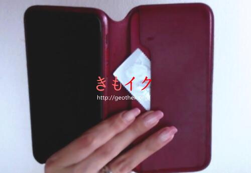 指用コンドーム『フィンドム』をiPhoneスマートフォンケースに入れている画像